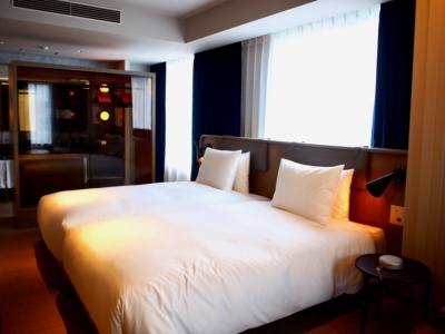 1室しかないノーガスイートは客室面積64平方メートル。自宅マンションのようなリビングルームとおしゃれな雰囲気のベッドスペース、簡易キッチンで構成。ベッドマットレスにはエアウィーヴを採用