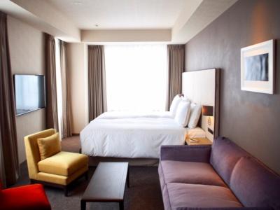 3名まで宿泊可能なデラックスツイン。客室面積は36平方メートル。ロングソファもあり、ゆったりくつろげる。1室3万5800円~