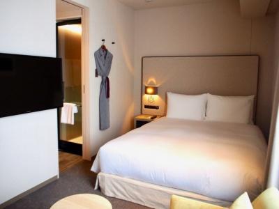 18平方メートルと最も小さいダブルの客室は24室用意。素泊まりで1室2万800円~
