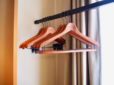 台東区をはじめ全国の職人とコラボし、日常に使うプロダクトを製作する「シュロ」は、客室のハンガーや靴べら、ティッシュボックス、洋服ブラシなどをデザインした