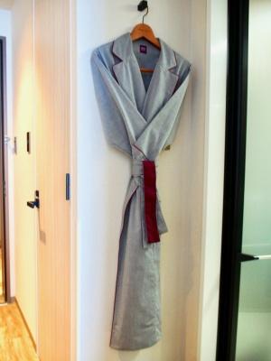 洋服の上から羽織って外でも着られるようにデザインされたガウンタイプのオリジナルルームウェア。一流ホテルのファブリック製品を手がけるアトモスフィールジャパンが製作