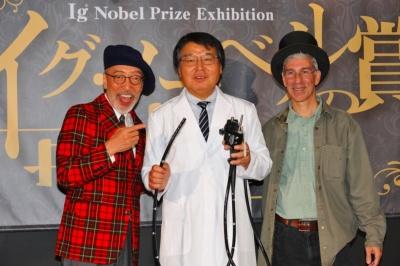 「イグ・ノーベル賞の世界展」は2018年9月22日から11月4日まで開催。当日料金は大人(高校生以上)1400円、小人(小・中学生)900円。未就学児は無料。写真は左から、オープニングセレモニーに出席した同展オフィシャルアンバサダーのテリー伊藤氏、今年イグ・ノーベル賞を受賞した堀内朗医師、イグ・ノーベル賞創設者のマーク・エイブラハムズ氏