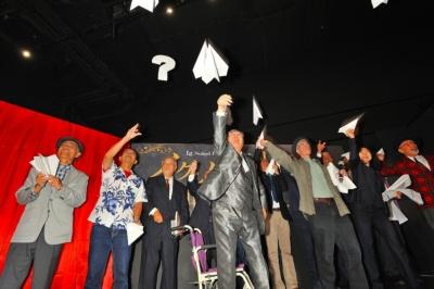 同展のオープニングセレモニーには歴代の日本人受賞者も出席。同賞の授賞式で名物となっている「1分間スピーチ」や紙飛行機を飛ばすパフォーマンスも行われた