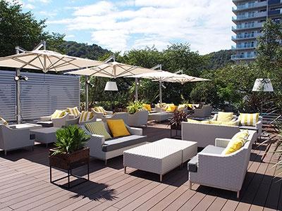 屋外テラスにはリゾート気分を味わえるラグジュアリーな雰囲気のスペースも。周囲に高い建物が少なく、風通しが良く、季節を体感できる