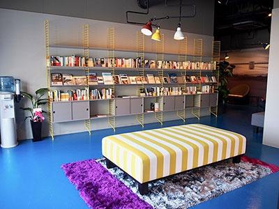 ホテルのロビーにもライブラリースペースがあり、深夜に本を読める