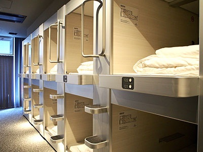 カプセルルームはスタイリッシュなデザイン。ベッドは通常より大きめのサイズを使用