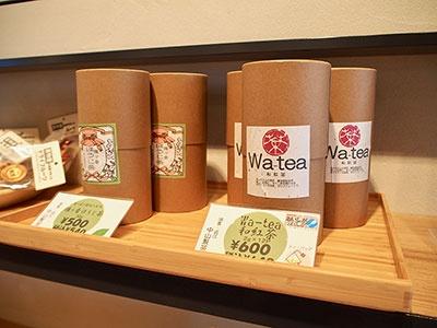 観光案内所の物販コーナーでは、地元の茶匠が作る「和紅茶」や、黒豆菓子「大津百町百福豆」「三井寺力餅」などを取り扱う
