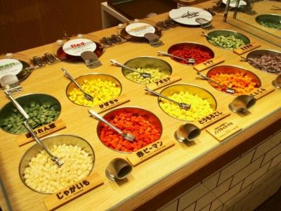 2145通りの組み合わせが可能。スムージースープ3種類から1種類、ヤサイコロ10種類から4種類を選んで作る。スープに合わせてヤサイコロをあらかじめセットした「おすすめセレクト」3種やギフトセットも販売している