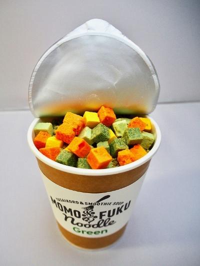 ほうれん草とブロッコリーのグリーンスムージースープの「グリーン」(税込み540円)はバジルペースト付き。おすすめセレクトには、ほうれん草、えだまめ、かぼちゃ、にんじんのヤサイコロが6粒ずつ入っている。熱湯を注いで3分で完成。あっさりめのバジルパスタのような味を楽しめる
