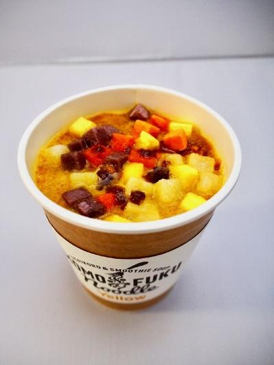にんじんとココナッツミルクのエスニックカレーイエロースムージースープに、トムヤムペーストが付いた「イエロー」(税込み540円)。ヤサイコロはにんじん、とうもろこし、じゃがいも、ビーツ(おすすめセレクト)の4種類。カレー味をまろやかにするココナッツミルクと、トムヤムペーストでやさしい味に仕上がっている