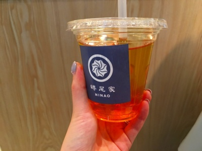 「金萱茶(きんせんちゃ)」(常温、Mサイズで380円)。常温・コールドのお茶とミルクティーには、同じ種類のお茶を使ったゼリーが入っている。追加料金を払えば2種の薬膳ゼリー(菊花ゼリー、なつめゼリー)のどちらかに変更できる
