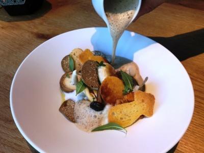 アルティザン ドゥ ラ トリュフ パリの期間限定メニュー「色々茸の温製スープ カプチーノ仕立て」(2400円)。プロヴァンスの最高級トリュフと旬のキノコ数種類を組み合わせたスープ。提供期間は2017年9月15日~11月5日
