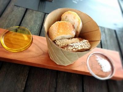 ディナーコースの始まりにパンとともに運ばれてきたのは、店内でも売られている「サマートリュフ入りゲランドの塩」「エクストラヴァージンオリーブオイル黒トリュフ」。オイルはほんの少量でも「直撃」といいたいくらい強烈なトリュフの香りがした