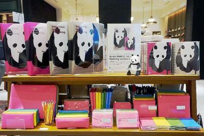 雑貨店「スミス」は数量限定でパンダのイラスト入り文具を販売