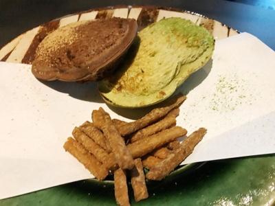 「廚 otonaくろぎ」が提供するスイーツのひとつ「くろぎサンド(餡バター、抹茶クリームサンド)」(税込み1100円)。付け合わせは芋けんぴ