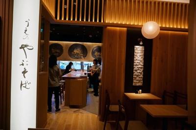 「うえの やぶそば」。ロゴを書家・吉川壽一氏に依頼。店内にも吉川氏の書道アートが飾られ、和モダンな空間に仕上げている