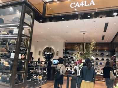 「CA4LA」(1階)。上野のアメ横から始めて全国規模のブランドに成長したCA4LAが、創業の地・上野に再出店。天井が高く、開放的な雰囲気と高級感を感じさせる空間