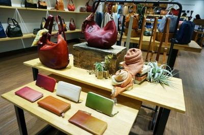 「マザーハウス」(3階)。2006年に台東区に設立し、国内25店舗、台湾6店舗、香港1店舗を展開。館の顧客層に合わせて女性向けの商品を充実させ、華やかな店作りをしているという