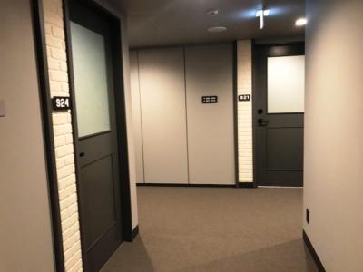 ニューヨーク・マンハッタンのアパートをイメージした廊下