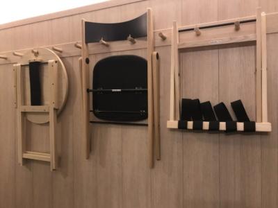 常時使うものではないデスクやチェアは折りたたんで壁に掛け、必要なときだけ使えるようにしてスペースを広くとっている