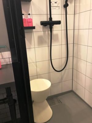 バスルームはシャワーのみ。固定式とハンドシャワーの2種類があり、どちらもレインシャワーで、スツールも置いてある