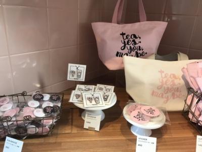 「オリジナル缶バッジ」(写真左、380円)、「オリジナルピンバッジ」(写真中央、1800円)、「オリジナルステッカー」(写真右、450円)。ほかにバッグなどのオリジナルグッズも販売している