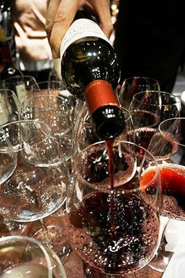 ワインは120品目・約600本を常時在庫。グラスワインは600円から、ボトルワインは3000円から
