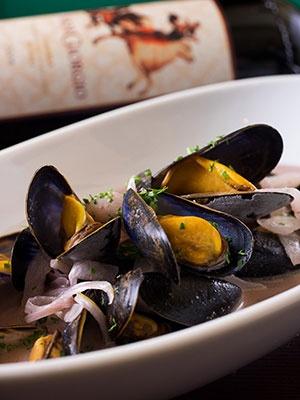 「モンサンミッシェル産ムール貝の白ワインマルニエール or 赤ワインマルニエール」(1700円)。限られた時期にしか入荷しない、モンサンミッシェル産ムール貝を使用