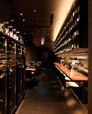 通路に面した窓と店内の壁に飾られている180本のボトルはすべて中身が入った本物のボルドーとブルゴーニュのワイン