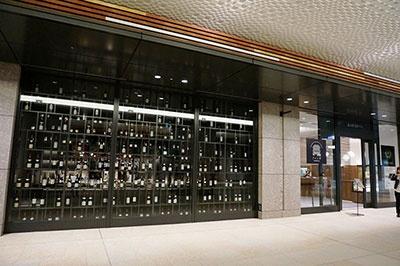 明治屋初の直営ワインバー「明治屋ワイン亭」(京橋エドグラン地下1階)。東京メトロ銀座線京橋駅直結。営業時間は16~23時で定休日は日曜・祝日(2017年1月より、土曜日はイベントもしくは貸し切り予約のみ利用可)。カウンター10席、テーブル18席