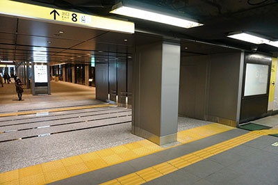 京橋駅8番出口を出たすぐのところにある