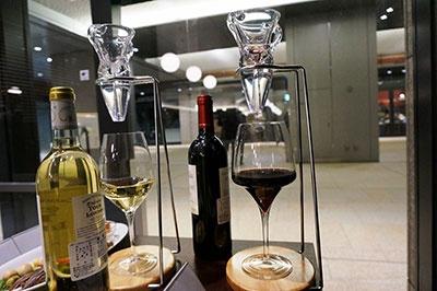 ワイン1杯分からデキャンタージュできる「デキャンタス」も設置。飲んでみて澱(おり)が多く感じたり固いと感じたりした場合、グラスワインでも希望すればデキャンタージュしてもらえる