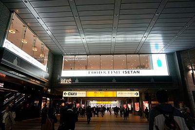 「FOOD&TIME ISETAN」(港区港南2-18-1 アトレ品川3階)。JR「品川駅」港南口徒歩1分。営業時間は、フードコート&デリ、ブルーボトルコーヒーが平日8~22時、土日祝日が10~22時。「クイーンズ伊勢丹」は10~22時