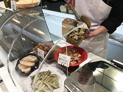 サラダのトッピングは肉料理などメーンになりそうなボリューム。トッピングだけをオーダーすることも可能