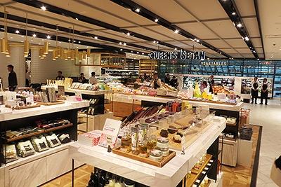 生鮮食品売り場の横にコスメや雑貨、書籍のコーナーがある不思議な光景