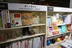 食関係の本なら「元気を作る」「美しく見せる」「ほっと一息」「味の決め手」「使いこなす」などのテーマで分類され、関連する雑貨も展示されている