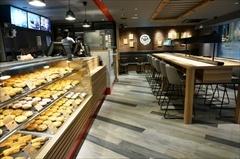 イートインタイプの店舗としては初出店の「パイフェイス」。好みのセイボリーパイ1個とサラダのセットは590円