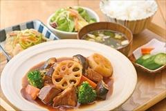 「atari CAFE&DINING 渋谷モディ店」のおすすめは、主菜と副菜が選べる「atariカスタム定食」(税込み950円)