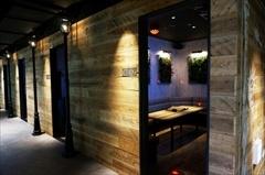 大阪発のカラオケ施設「カラオケ・レインボー」はシックで重厚感のあるインテリアの個室のほか、多人数のグループ、ミニライブなどへの対応も可能な部屋をそろえているという