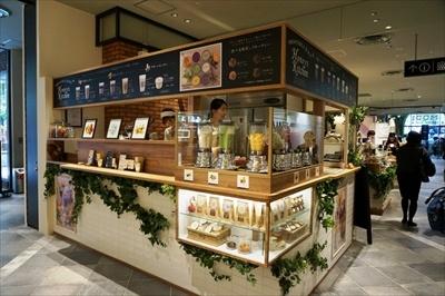 ハチミツなどを素材にしたコスメブランド「ベキュアハニー」による初のジュースバー「ベキュアハニー マルシェ」(1階)。すべてのドリンクに、コスメと同じ北海道産アカシア蜂蜜を使用している