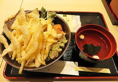 「富山スペシャル天丼」(税込み1680円)には白エビ、ホタルイカ、ブリ、タラの芽、赤カブの天ぷらが入っている
