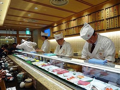 立食い寿司「函館立喰い寿司 函太郎」はカウンターで職人が握る