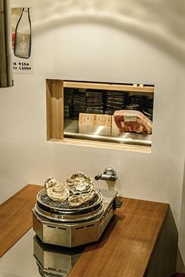 NODOGUROYA KAKIEMONは三陸・宮城の4つの漁場を中心に取り寄せたカキの料理と、高級魚ノドグロを手ごろな価格で提供。個室の小窓が隣接する同系列の立ち喰い焼肉「治郎丸」とつながっていて、注文もできる