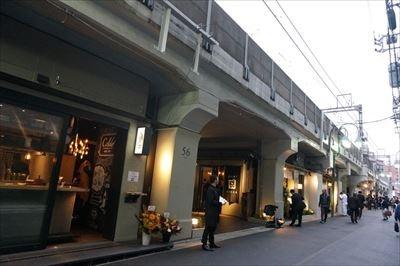 中目黒駅周辺の高架下空間約700メートルにわたって28の路面店が出店