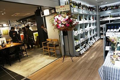ザ シティ ベーカリーはワイン専門店「ヴィノスやまざき」とつながっていて購入したワインを持ち込める