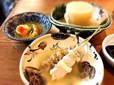 さもん自慢の鶏串は煮込むのではなく、注文を受けてからゆでているので、プリプリの食感