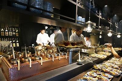 日本酒&炉端焼き「炉端のぬる燗 佐藤」は全国の日本酒150種類以上を取りそろえる日本酒専門店
