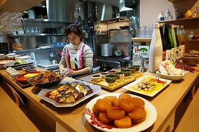 """小料理屋「おばんざいソウル小町」はソウル出身の女性シェフが作る""""ソウルおばんざい""""を楽しめる店。自慢の品は「チヂミ盛り合わせ」(3種680円)、「プルコギレタスしゃぶしゃぶ」(1人前1380円)など"""