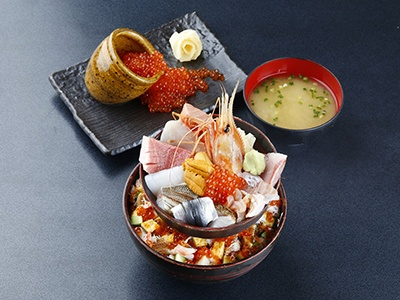 築地に本店がある海鮮料理「かぶきまぐろ」。ランチタイムには海鮮20種を盛った迫力の「築地場外丼」が人気を呼びそう