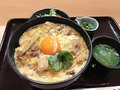 鶏・軍鶏「根津 鶏はな」。地産地消を重視し、希少な東京軍鶏を提供。料理によって3種類の卵を使い分けている。夜はコース料理中心だが、ランチでは親子丼(税込1080円)を提供